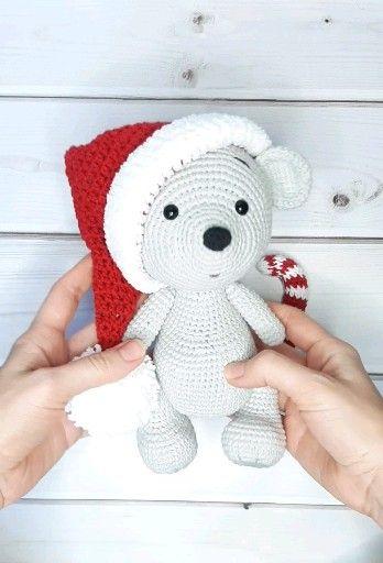 Photo of Weihnachtshäkelspielzeug Amigurumi-Muster Häkelbär im Weihnachtsmützenmuster