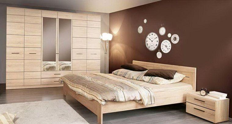 stanze-da-letto-classiche-parete-marrone-orologi-armadio-legno ...