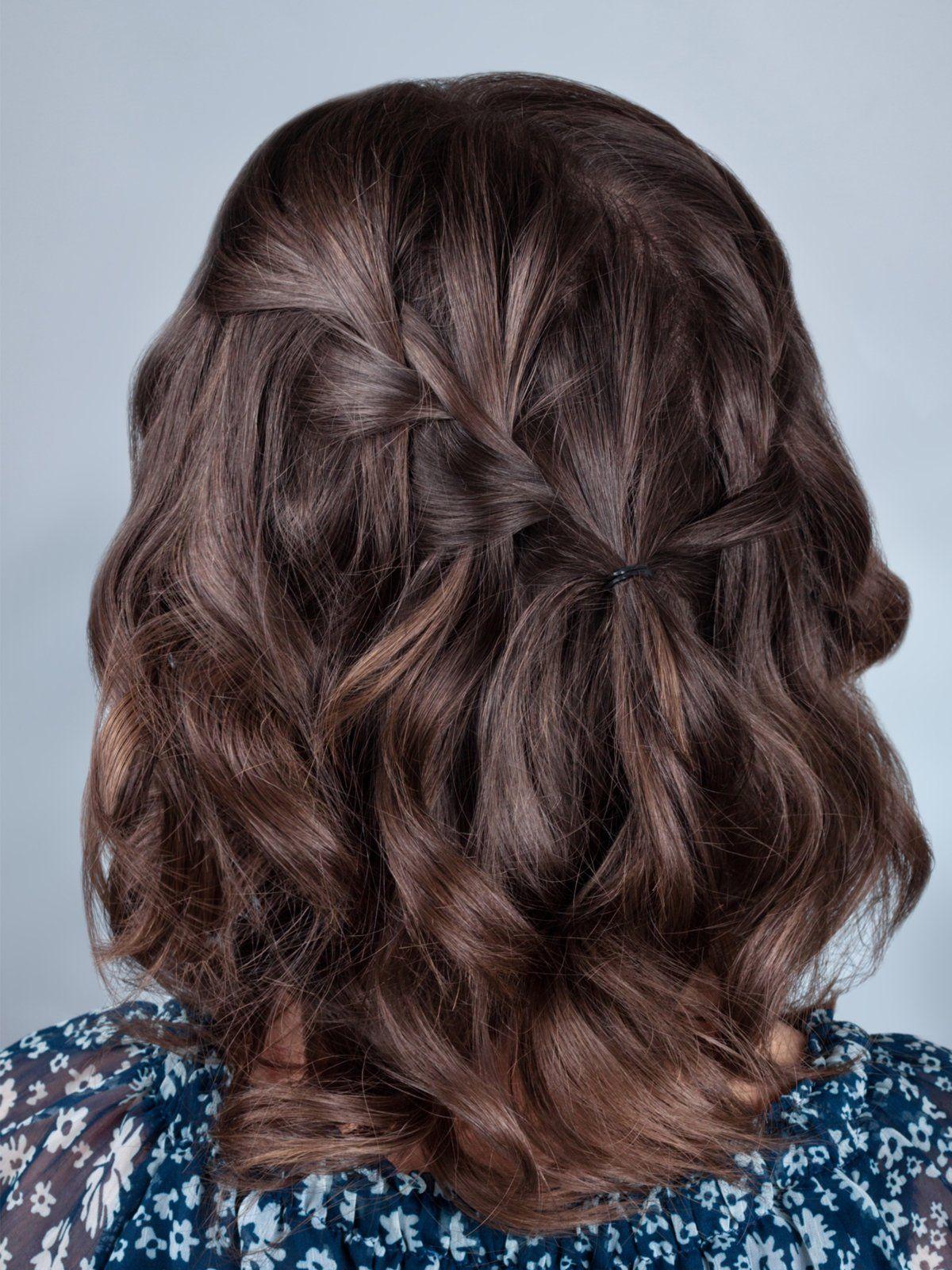 Schön schlicht: Diese Frisur für mittellange lockige Haare wird