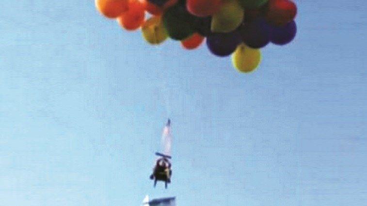 Banco voador em balões - Insólitos - Correio da Manhã