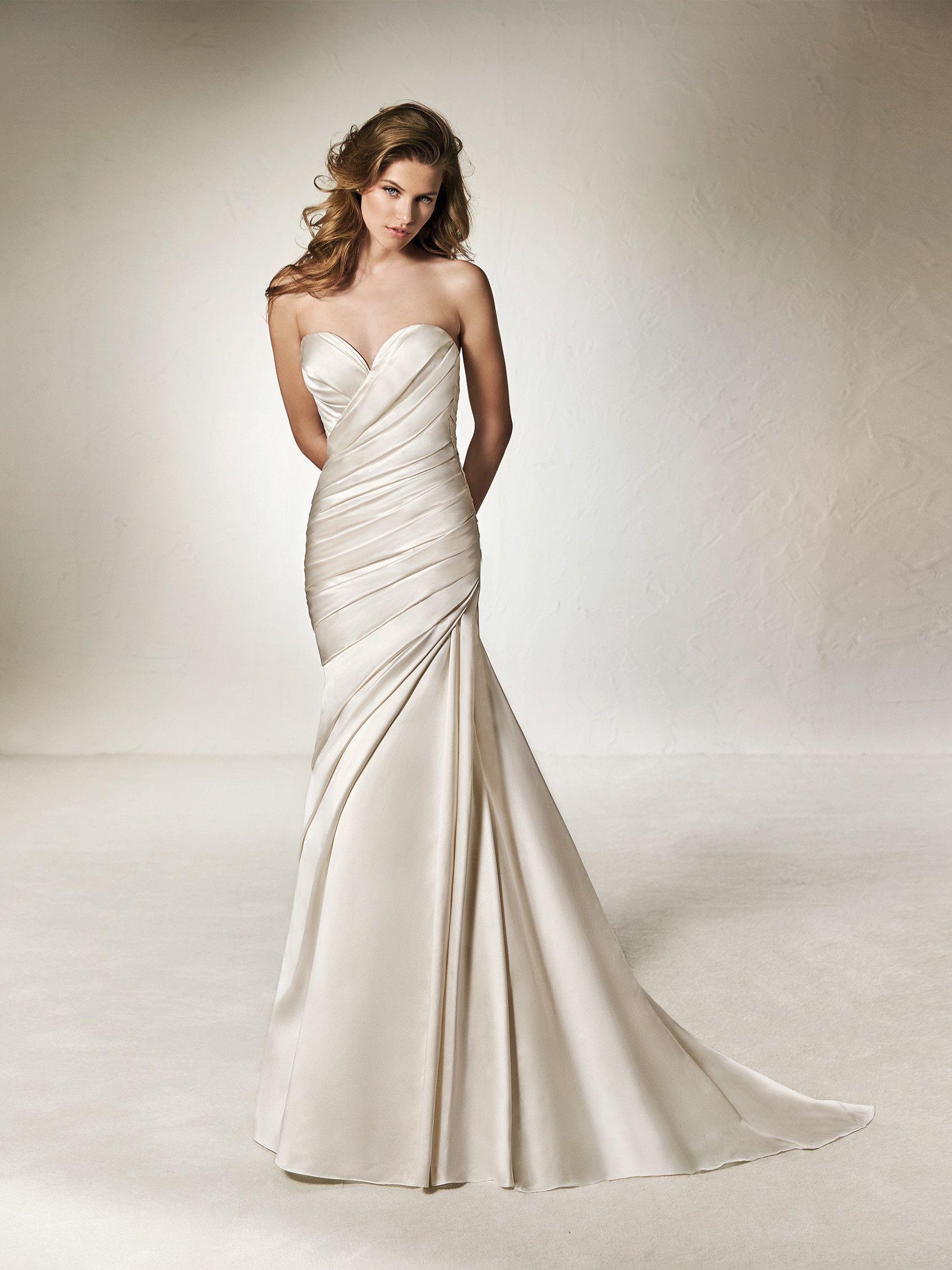 1c622111d CHANTAL  Sensual y femenino vestido de novia de diseño sirena en raso y tul  en el que destaca el drapeado del escote corazón y la cadera.