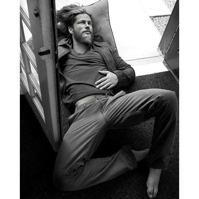 Travis Fimmel [VIKINGS ACTOR] photo shoot black and white