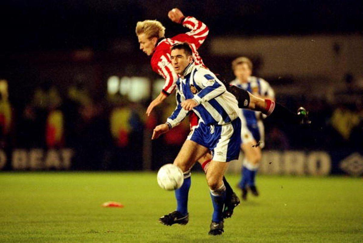 Han avslutade karriären i manchester. Eric Cantona   Manchester united football, Manchester ...