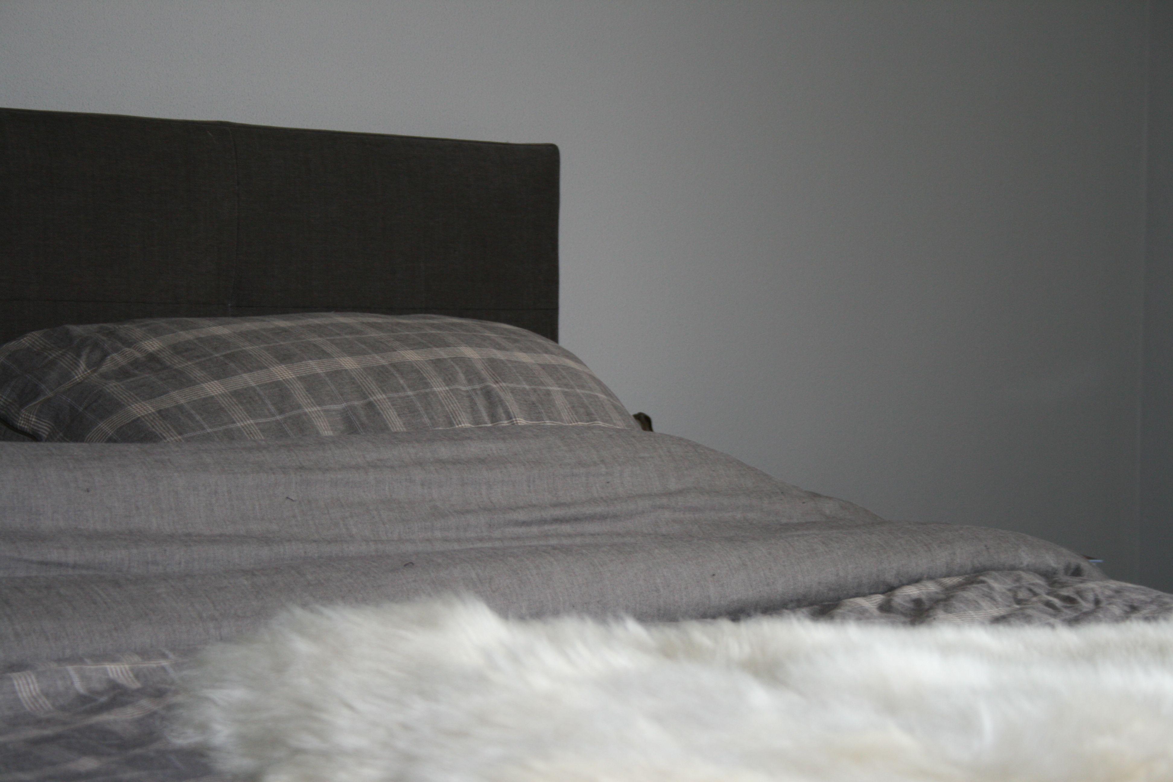 Een bed met een schapenvacht van http://www.schaapsvacht.nl