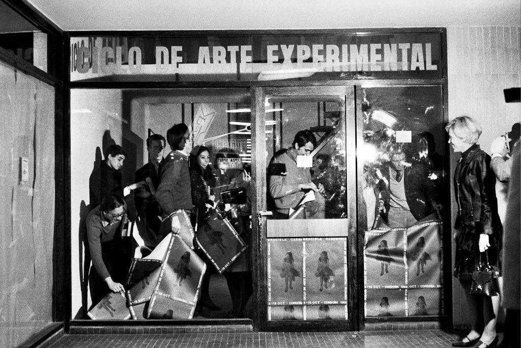 Graciela Carnevale, Acción del encierro. Ciclo de Arte Experimental. Rosario. Argentina, Octubre 1968. 16 fotografías en blanco y negro. Cortesía: Archivo Graciela Carnevale © la artista. Fotos: Carlos Militello
