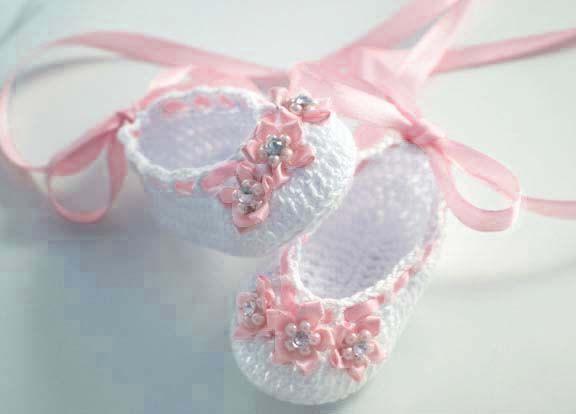 Patrón para tejer zapatos de bebe a crochet en hilo de color blanco ...