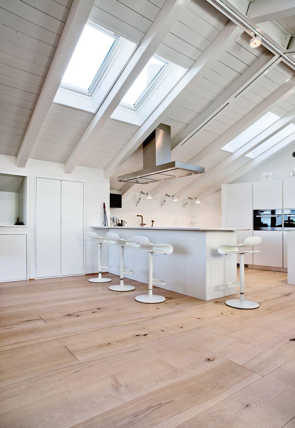 Idee per mansarde moderne cucina open space bianco e for Mansarda in legno bianco