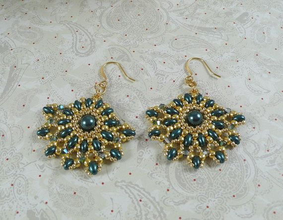 Woven Earrings with Teal Green Twin Beads and by IndulgedGirl - guld seed -lysgrønne bicones og mørkgrønne superduo el. twin samt midtperle
