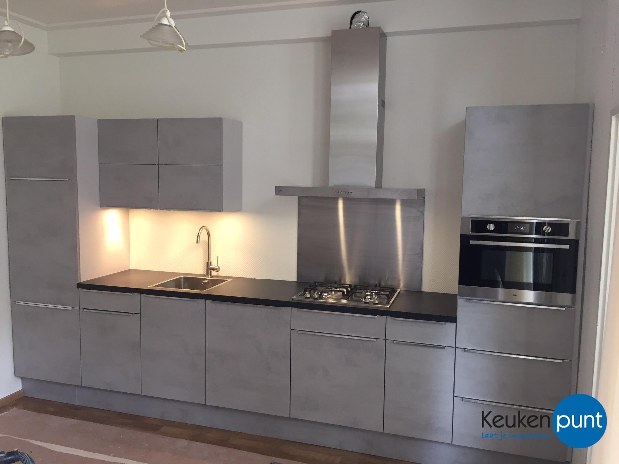 Hele mooie lichtgrijze keuken. rechte opstelling en industriële look