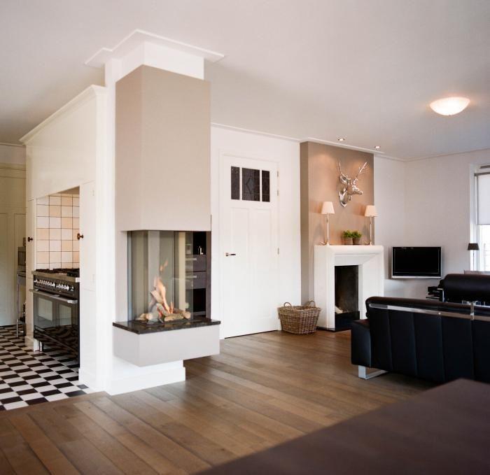 Moderne inbouw haard geplaatst in een kolom, tussen de keuken en ...