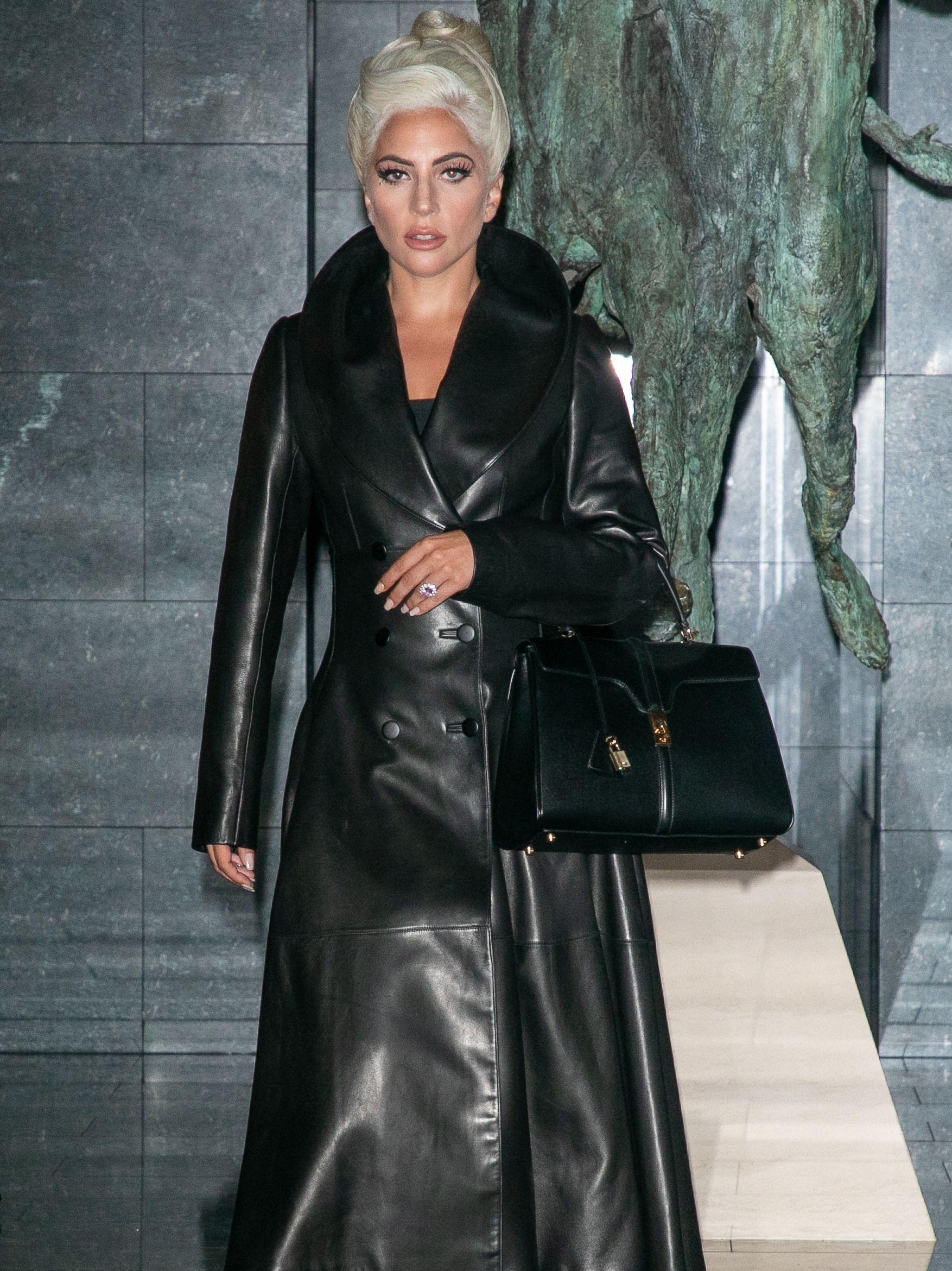 Mode   Lady Gaga porte le premier sac Céline créé par Hedi Slimane ... 5b006897a798