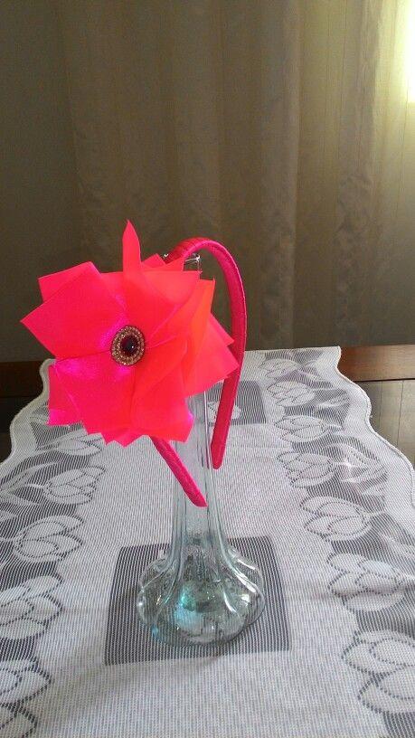 Tiara em fita cetim rosa florescente. Linda. 25,00. Contato 033 991372720.