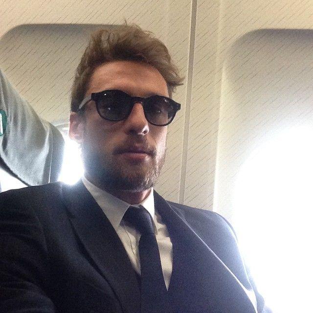 #ClaudioMarchisio Claudio Marchisio: Appena atterrati a Torino!!! Finalmente la prima vittoria in trasferta...in Champions. Ora testa al derby. #instamoment #caselle #team @juventus #forzaragazzi #home #felice #trainig #vinovo