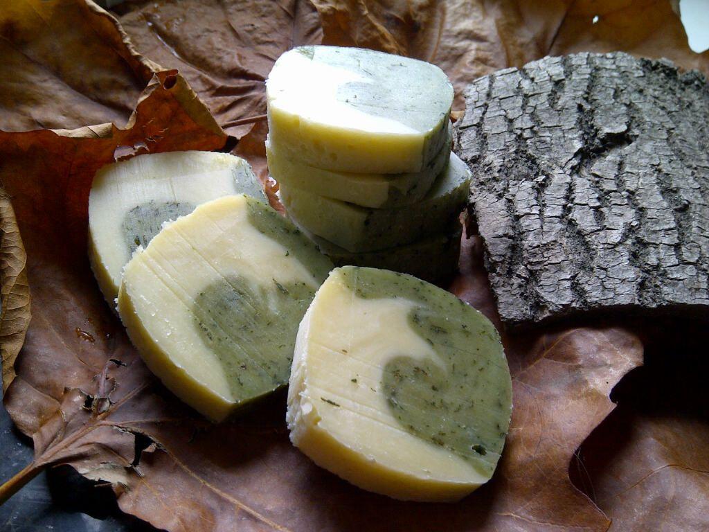 In the woods: olijfswirl met brandnetel. Heerlijk milde olijfzeep, met rozenhout etherische olie.