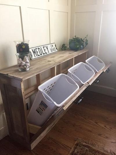 Een leuke en handige manier om wasmanden te verbergen in een ruimte, hierdoor staan ze niet in de weg!. Foto geplaatst door handigehenry op Welke.nl