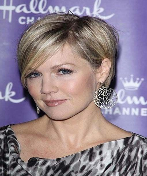 Short celebrity haircuts 2015 narrates those short haircuts most liked by celebrities and worn on the red carpet. This lists the most trending short celebrity haircuts.