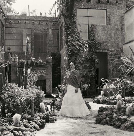 """""""Los vivos, retratos íntimos son algunas de las últimas que existe de Kahlo: Ella estaba muy enfermo durante los últimos años de su vida, el sufrimiento de la gangrena, y murió en 1954, a los 47 años este mes, un nuevo libro, Frida Kahlo : Las fotografías Gisèle Freund , exhibe más de un centenar de imágenes raras de Freund de los legendarios artistas - muchos de los cuales nunca han sido publicados antes - junto al texto por Gerard de Cortanze, Lorraine Audric y Freund sí misma. """""""