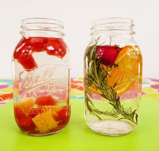 Refrescante agua detox con piña, sandía y romero. Para más recetas visita bajaren5dias.com