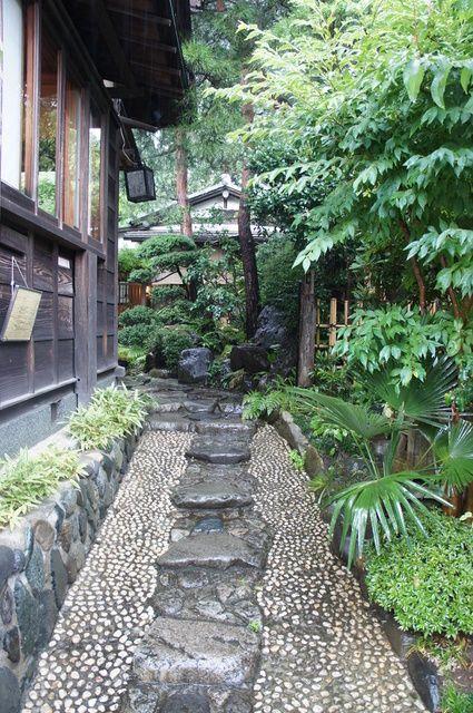 古桑庵 外観写真 母屋へ続く石畳 日本庭園 庭の橋 庭