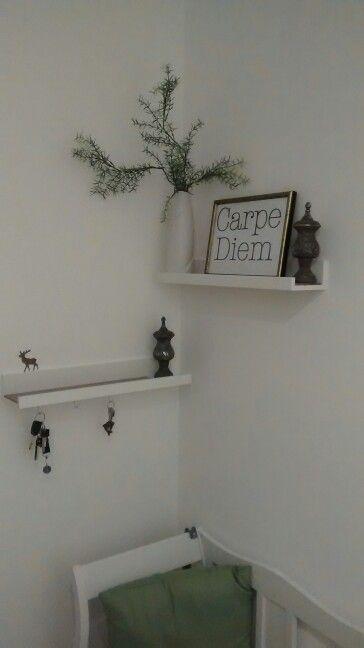 Flur: Bilderleiste Ikea Mosslanda, Schlüssel, Vase, Carpe diem ...