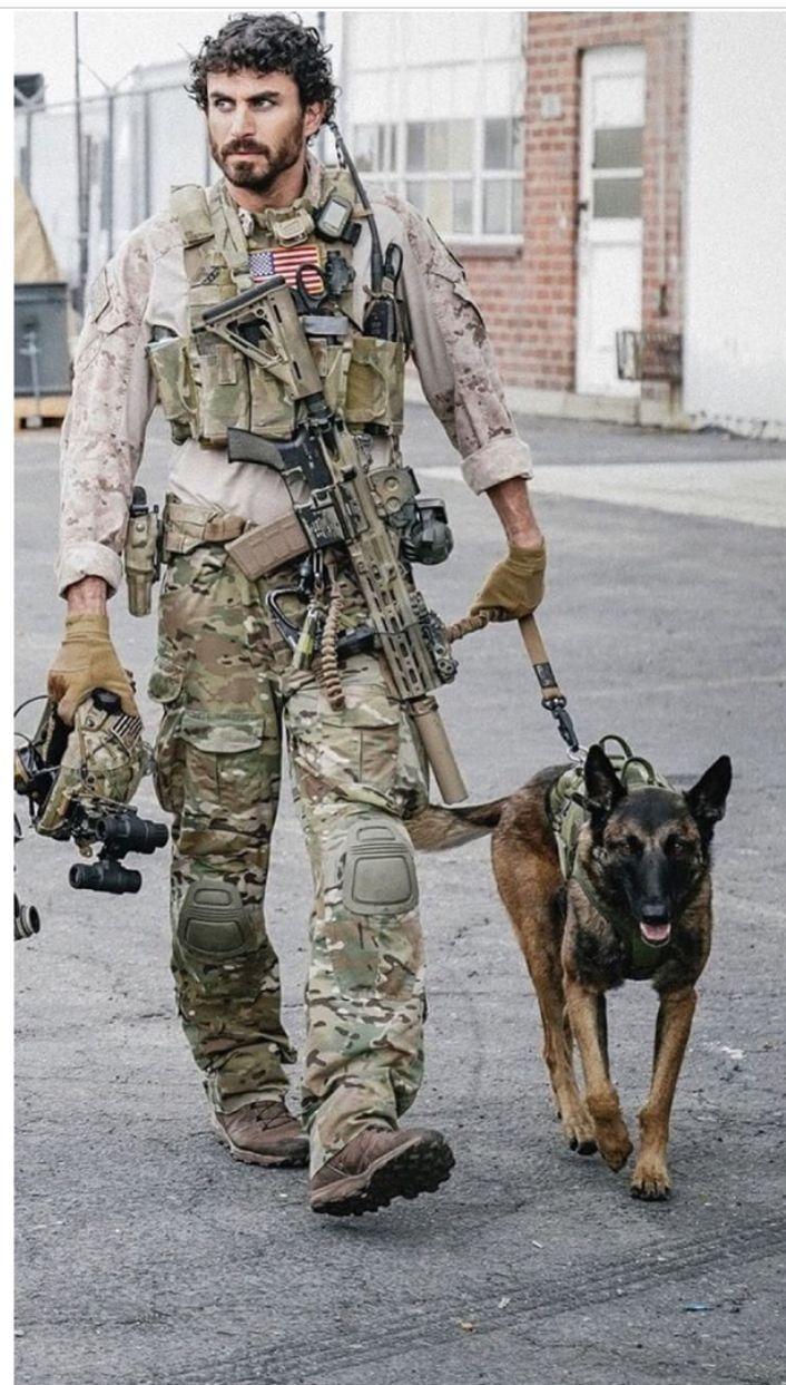 Dies Ist Cerberus Mit Seinem Trainer Aus Der Seal Team Serie In Der Er Human Animal Interaction Arbeitshunde Diensthunde Malinois Hund