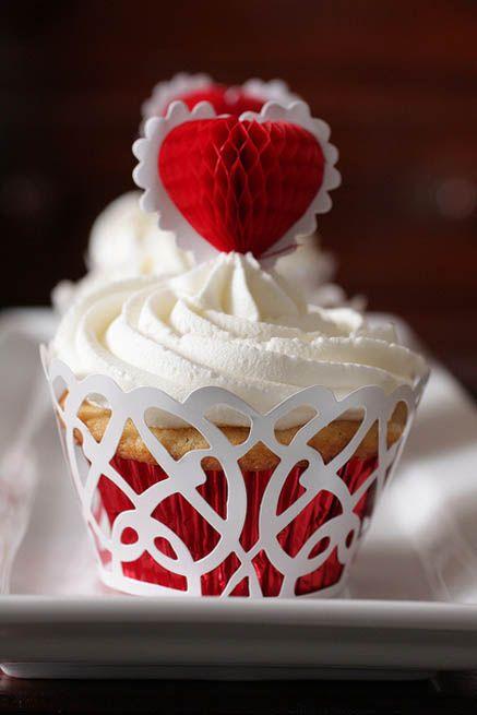 Cupcakes de Vainilla con buttercream vainilla, wrapper blanco y pick corazon