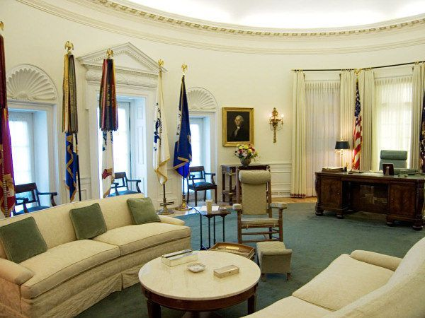 From Taft To Obama The Oval Office In Its Many Forms White House Interior Inside The White House House Interior