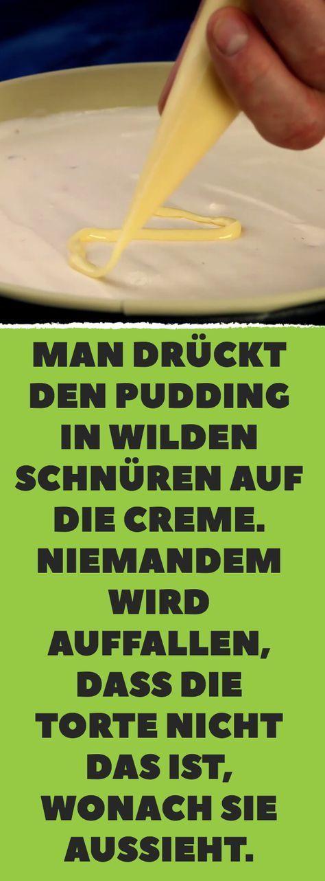 Man drückt den Pudding in wilden Schnüren auf die Creme. Niemandem wird auffallen, dass die Torte nicht das ist, wonach sie aussieht. #löffelbiskuitrezept