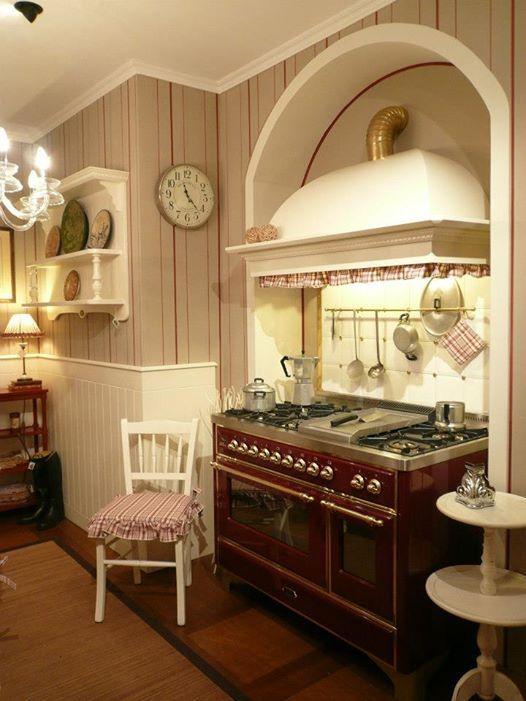 Cucina Old England - con blocco cottura ed elegante cappa classica ...