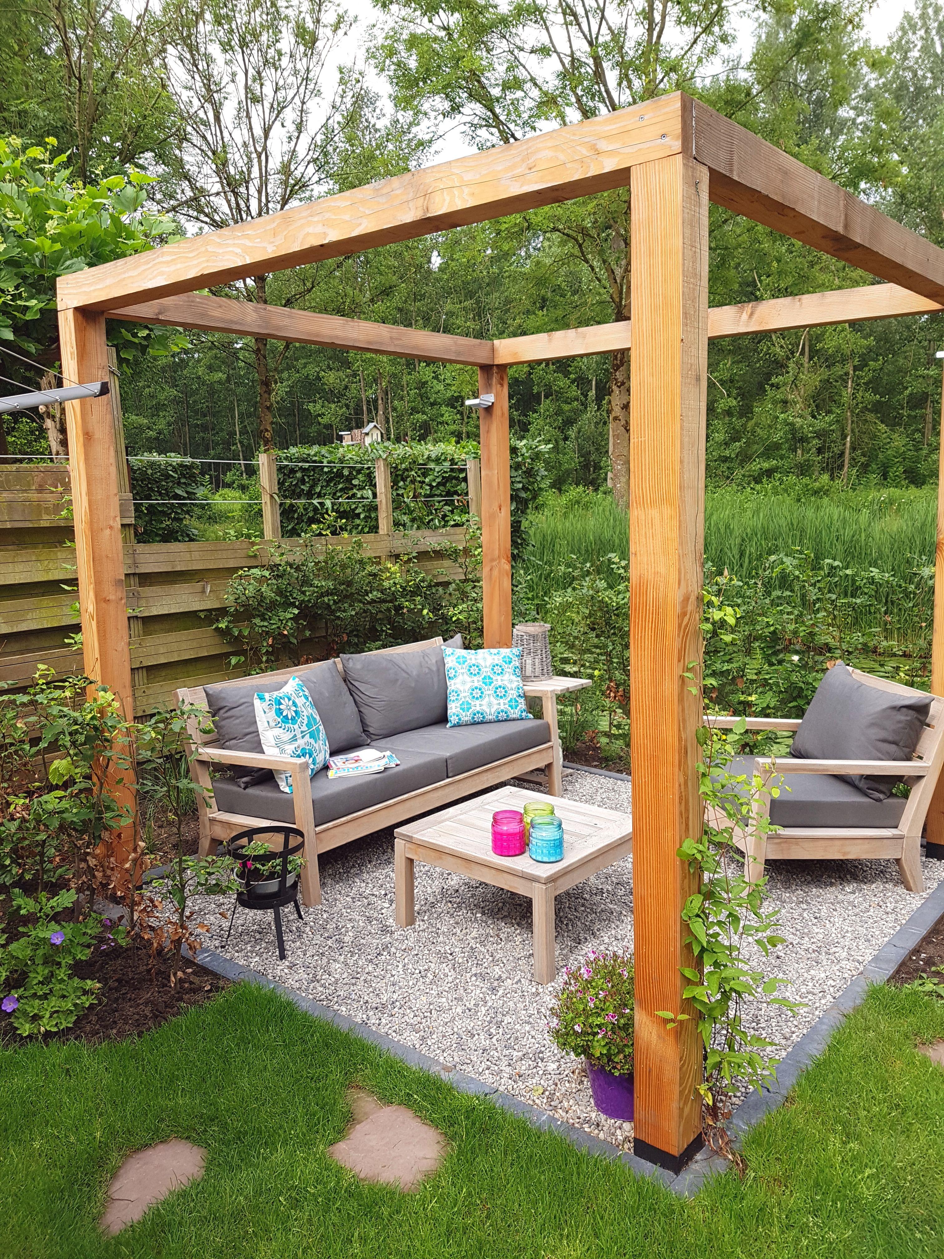 Green Garden Tuinset.Strakke Houten Tuinset Met Dikke Kussens Op Een Klein Terras Met