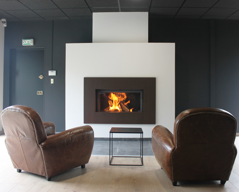 Stuv 21 105 Sf By Concept Flamme Installateur Poele Et Cheminee A Dijon Stuv Stuv Fireplace Cheminee Woodburning Architecture Design Home Interiord