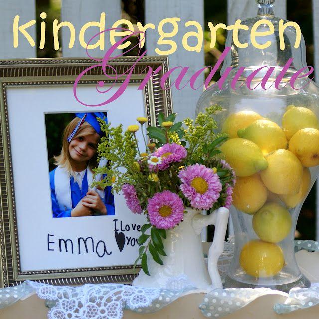 En la mesa la foto de cada uno y escrita a mano por los chicos