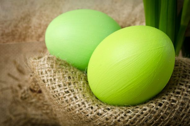 "9 Recipes for Naturally ""Dyeing"" Easter Eggs 