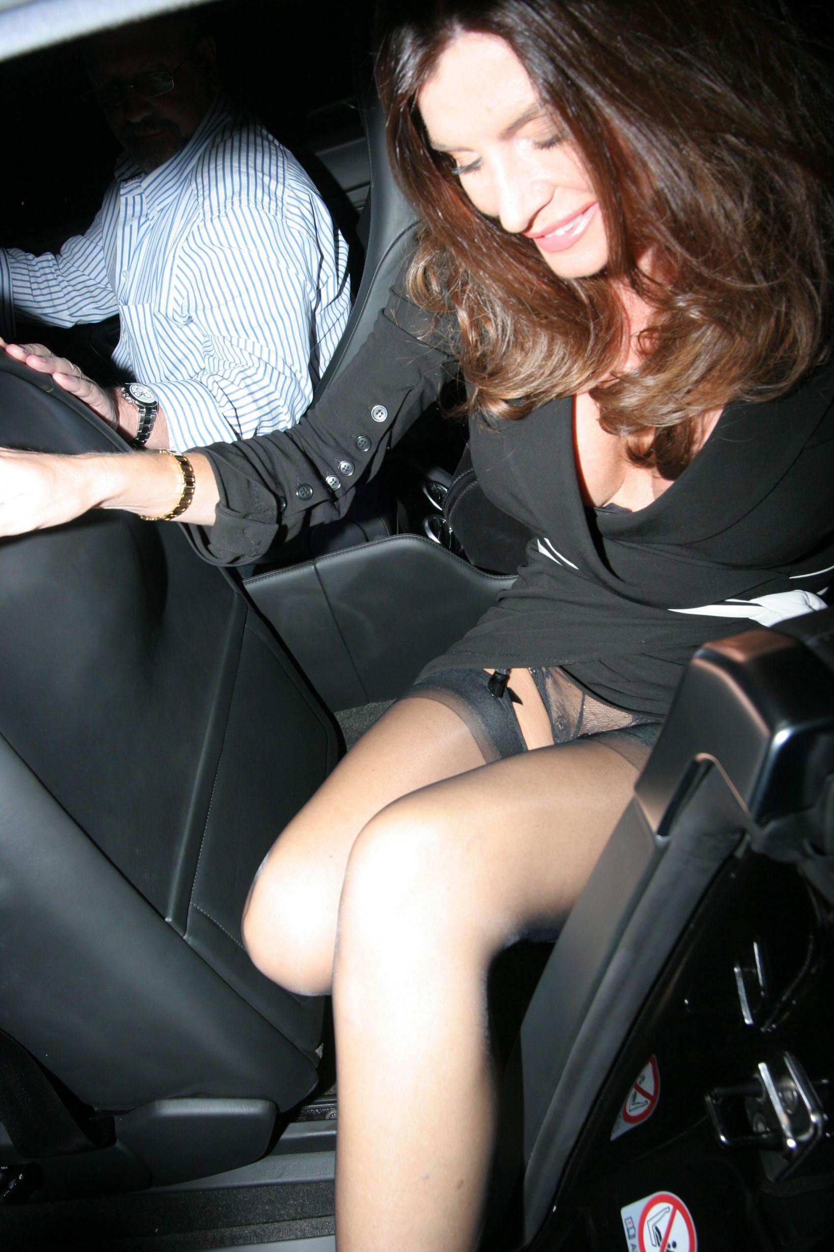 узнав выходя из машины засвет под юбками дернулась, крепко сжал