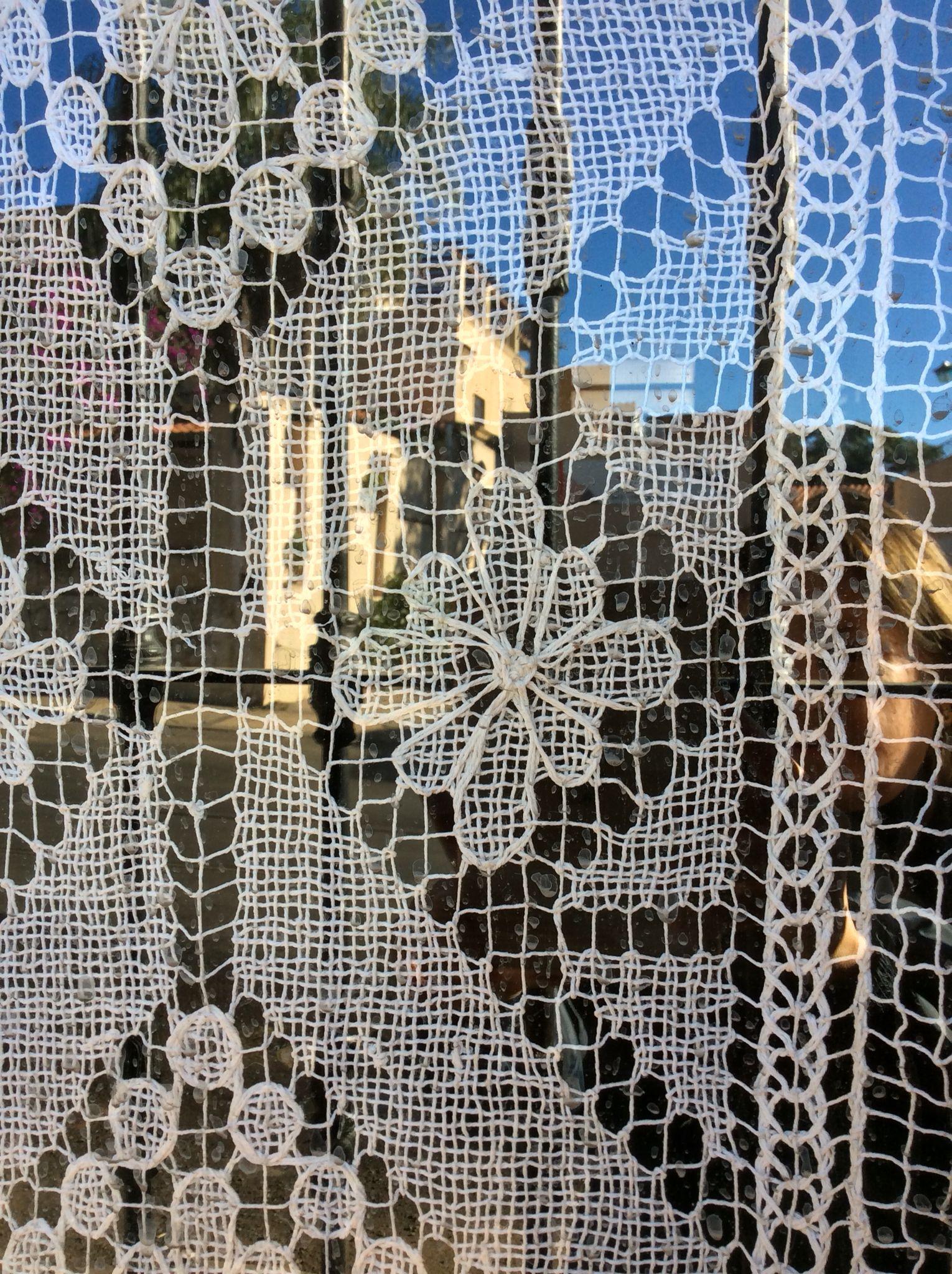 Detalle de una cortina de encaje yu