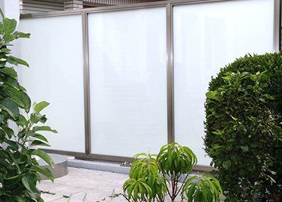 Sichtschutz Aus Glas Mit Edelstahl Elementen Gelander