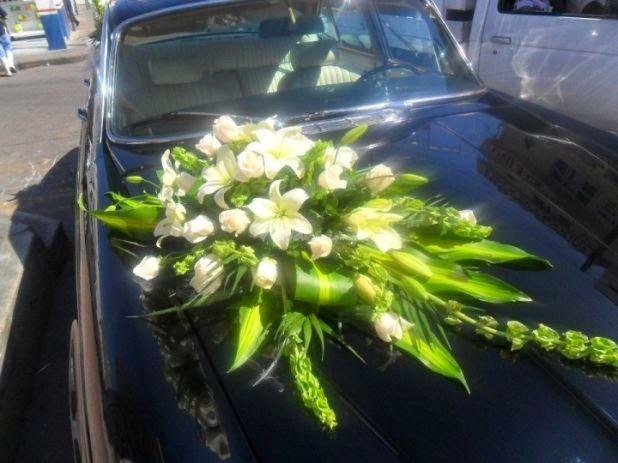 Elegante Arreglo De Flores Para El Auto De Los Novios Boda