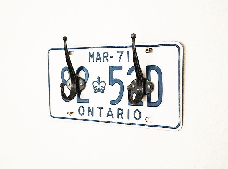 This DIY idea is easy and fast: a license plate coat rack. Especially suitable as a gift for a man and car enthusiasts.