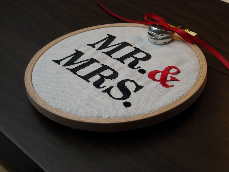 Ringkissen Stickrahmen \'MR & MRS\' | Wedding Gifts | Pinterest