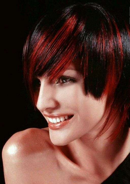 Rayos rojos en pelo corto