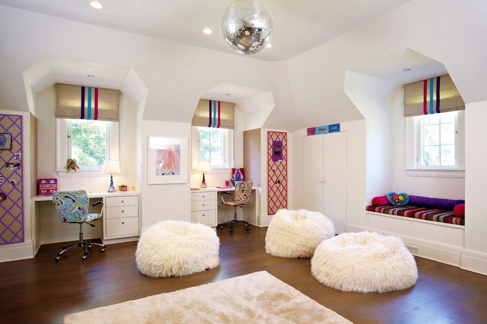 Dos hermanas nos muestran la decoración de sus cuartos  Una alfombra (Stark), grandes pufs blancos (Pottery Barn) y una bola de espejos delimitan el sector de juego Foto:Living/Rachel Laxer Interiors
