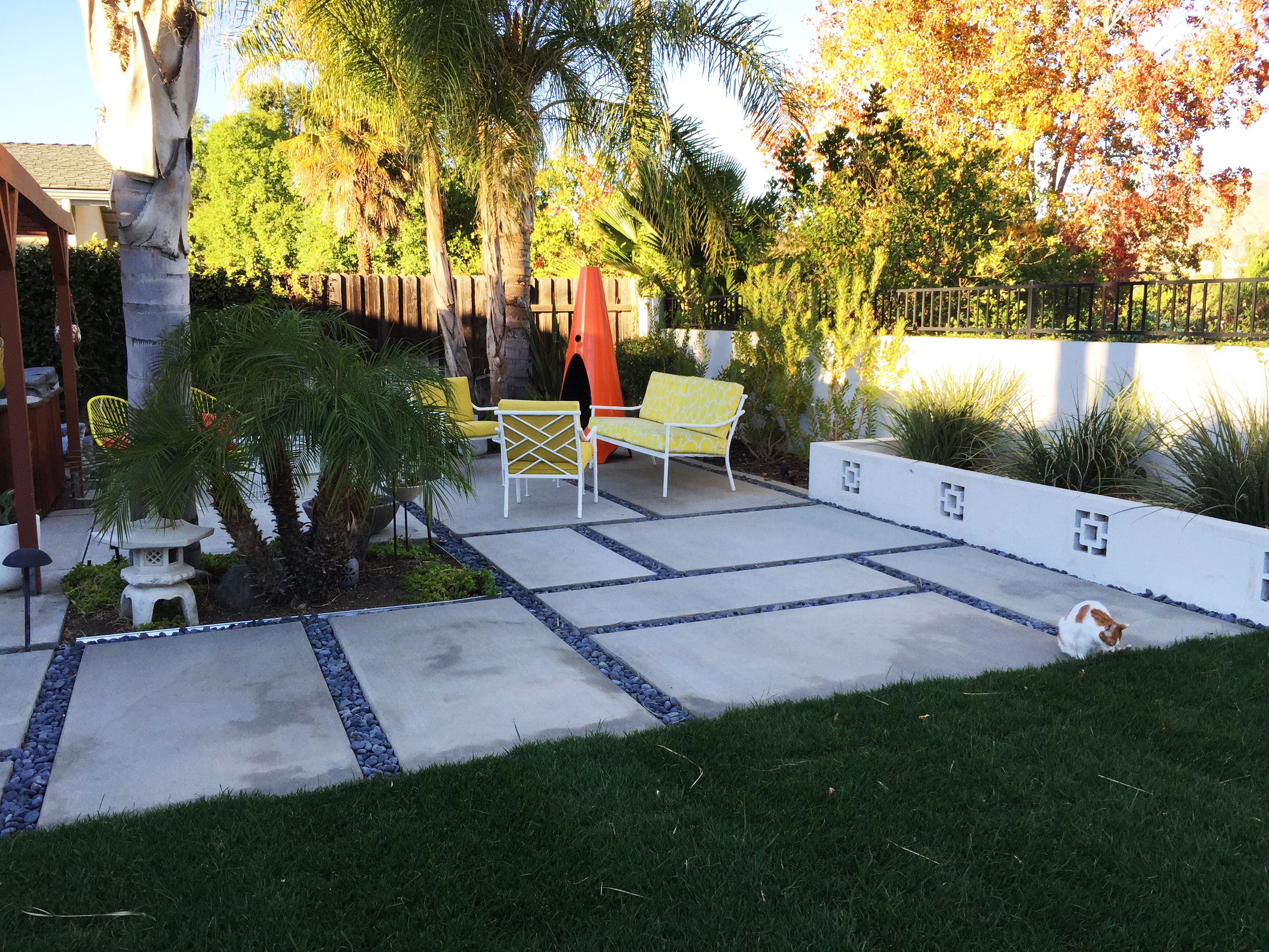 Mid Century Modern Backyard Outdoor Concrete Pavers Pads Chippendale Patio Furniture Trina Turk Modern Backyard Modern Landscaping Mid Century Modern Backyard Modern backyard with pavers