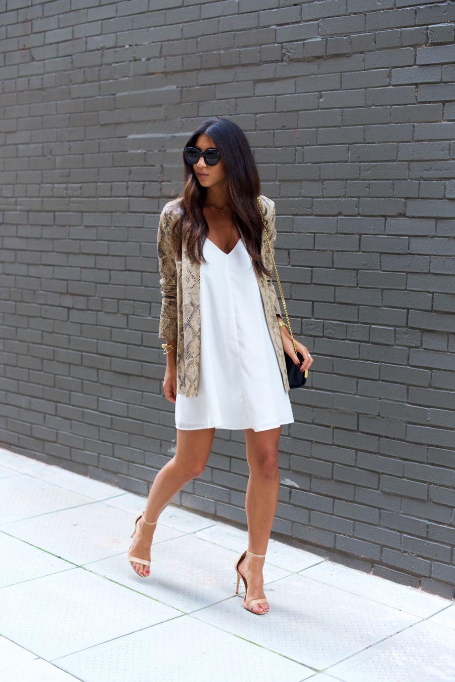 vestido soltinho e sandália de tiras
