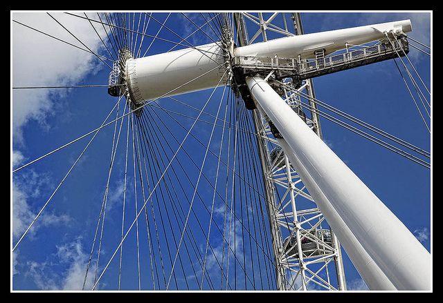 London Eye    El Ojo de Londres, London Eye, fue construido en el año 2000, por la compañía British Airways, para celebrar el cambio de milenio en el centro de Londres, en el South Bank, en la misma orilla del Támesis