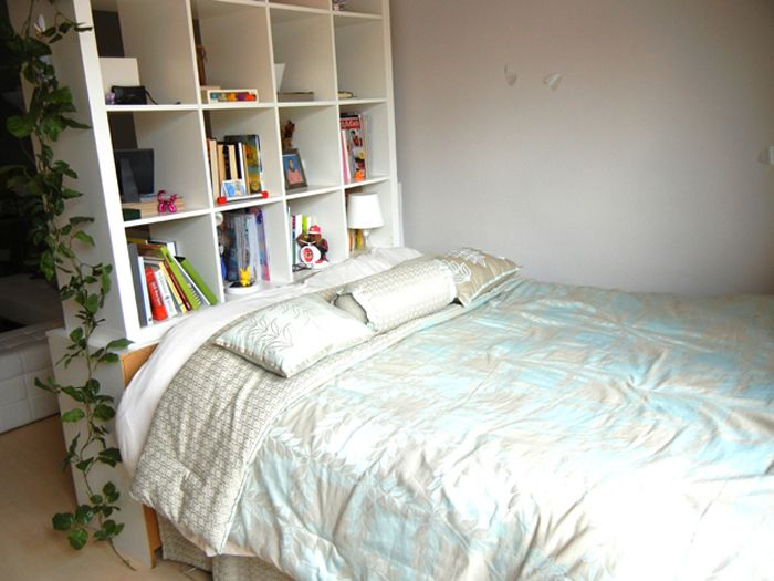 ecke mit bett und regal als abtrennung zwischen tisch und bett charlotte ideen pinterest. Black Bedroom Furniture Sets. Home Design Ideas