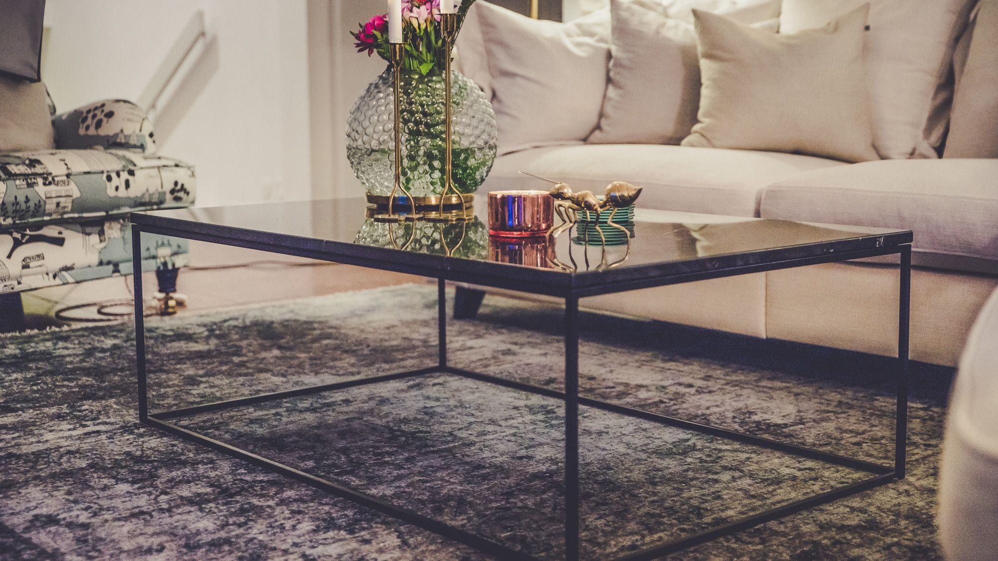 Svart, längre marmorbord med svart stålram Soffbord, hallbord, marmor, bord, möbler, inredning
