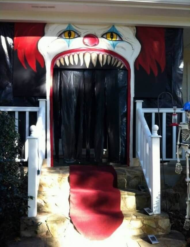 19 Halloween Door Decorating Ideas That Are Hauntingly Awesome Clowns Halloween Decorations Halloween Door Decorations Scary Halloween Decorations