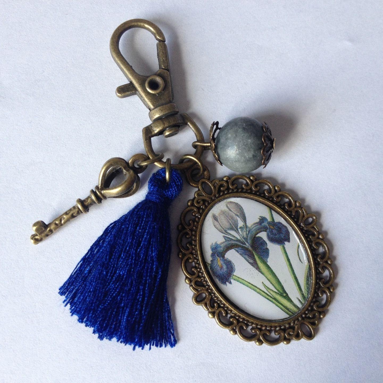 """Porte-clés ou bijou de sac cabochon """"Fleur d'iris bleue et grise"""" : Porte clés par alterperles"""