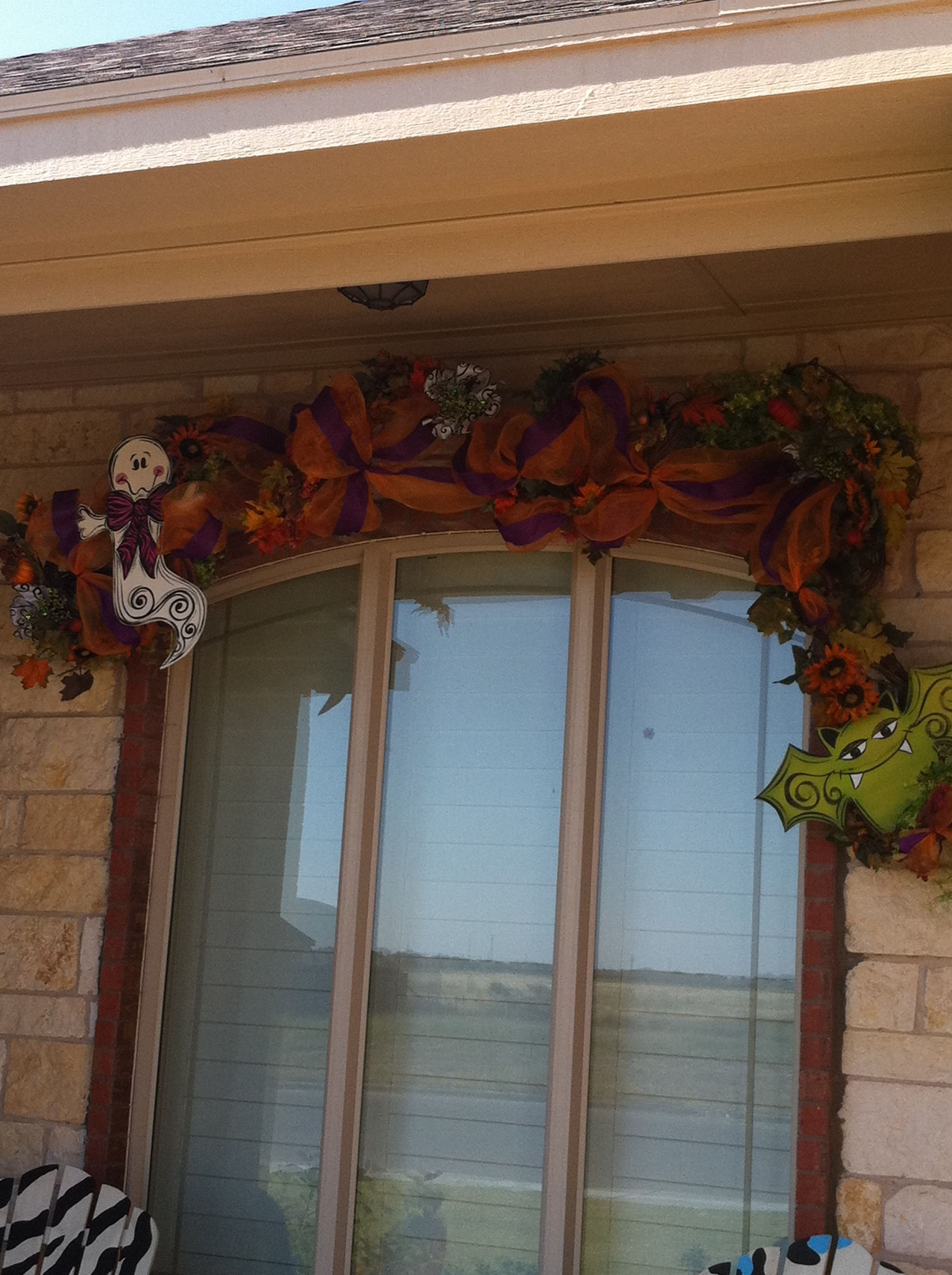 Would be cute over door with grapevine garland HALLOWEEN - cute halloween decoration ideas