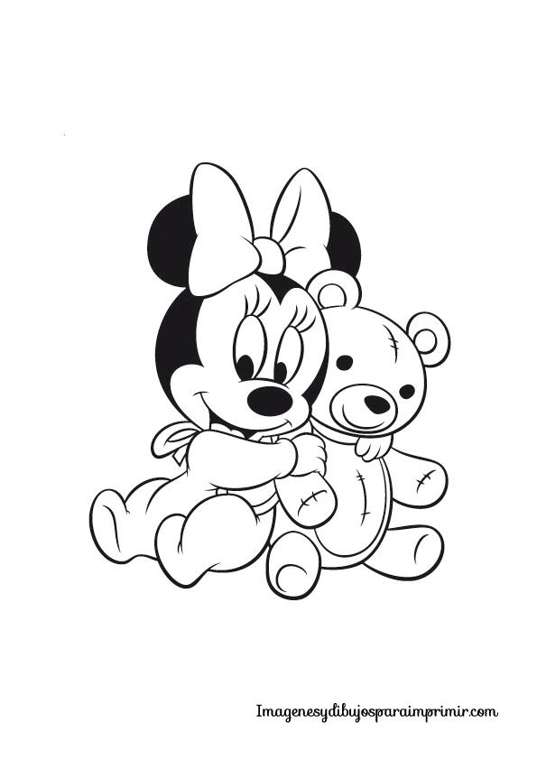 Minnie abrazada a su muñeco de trapo